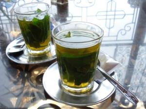 Zwei teegläser mit marokkanischem Minz-Tee
