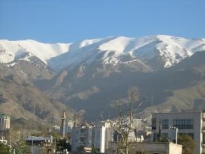 Stadt Teheran vor den Bergen des Damawand
