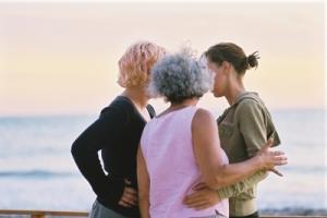 Drei Frauen im vertrauten Gespräch