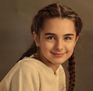 Porträtfoto eines jungen Mädchens, lächelnd