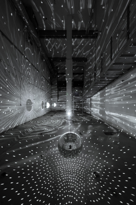 Lichtinstallation von Mischa Kuball (*1959) – Space-Speech-Speed (1998/2001),