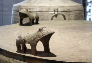 Stilisierte Frösche auf einer Dong-Son Bronze-Trommel; Copyright: LWL-Museum für Archäologie in Herne/S. Brentführer
