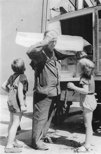 Berlin, Kinder mit dem Eismann